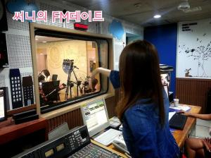Sunny & Tiffany no estúdio para o programa